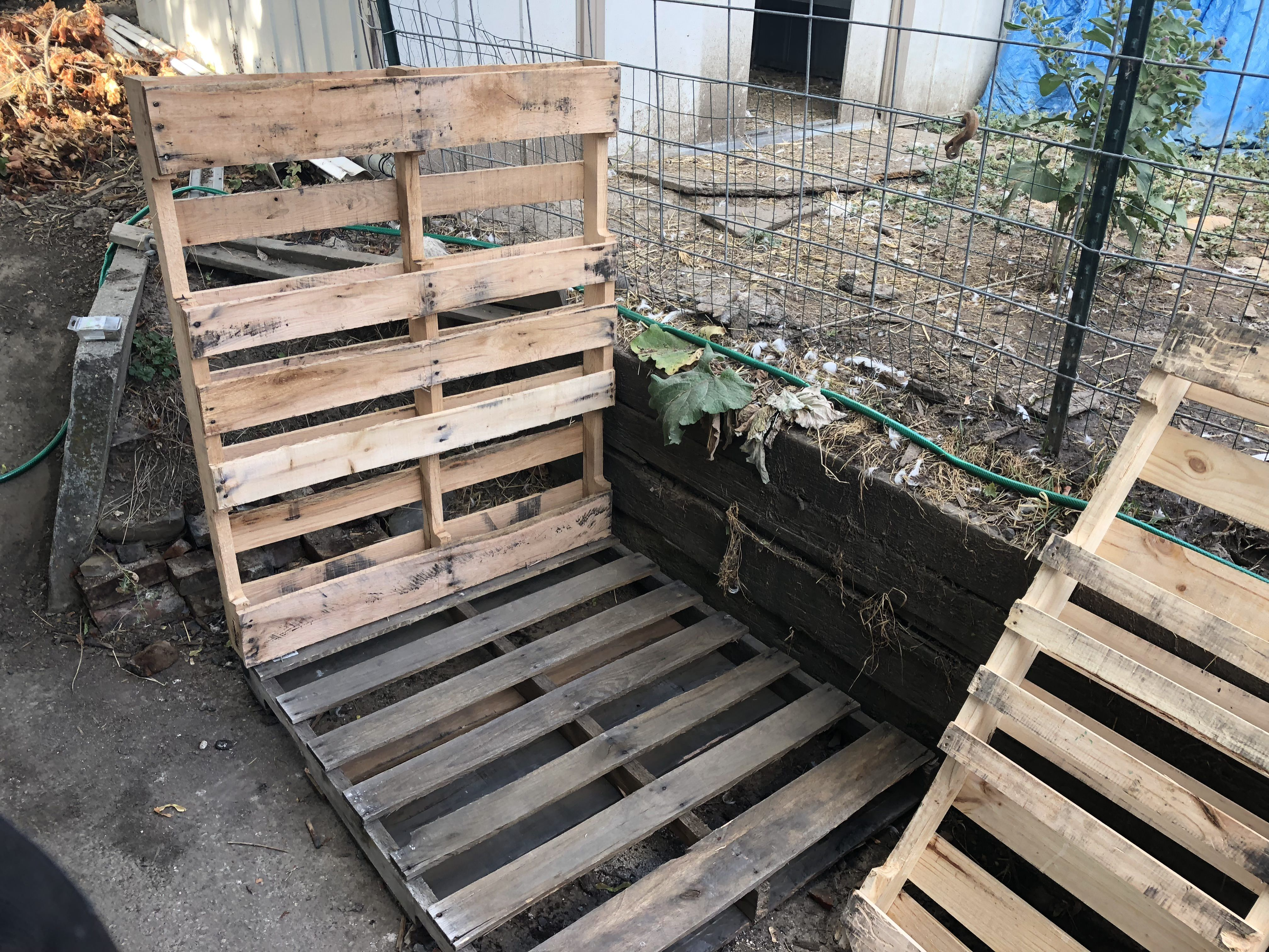 Wood storage shed made of pallets and single 2x4 hold 1 cord