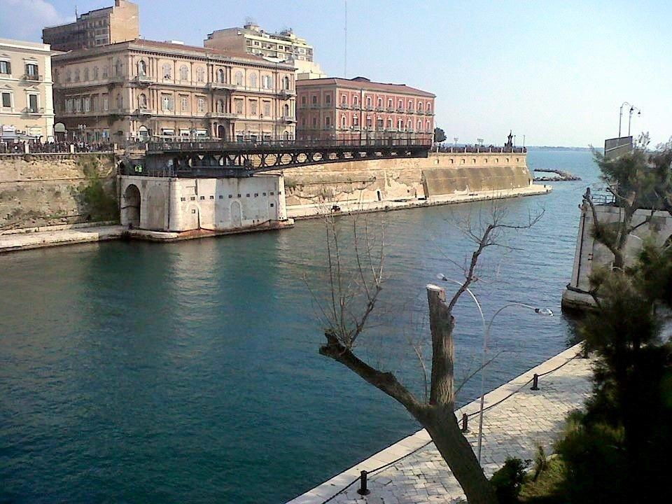 L'apertura del ponte girevole di Taranto