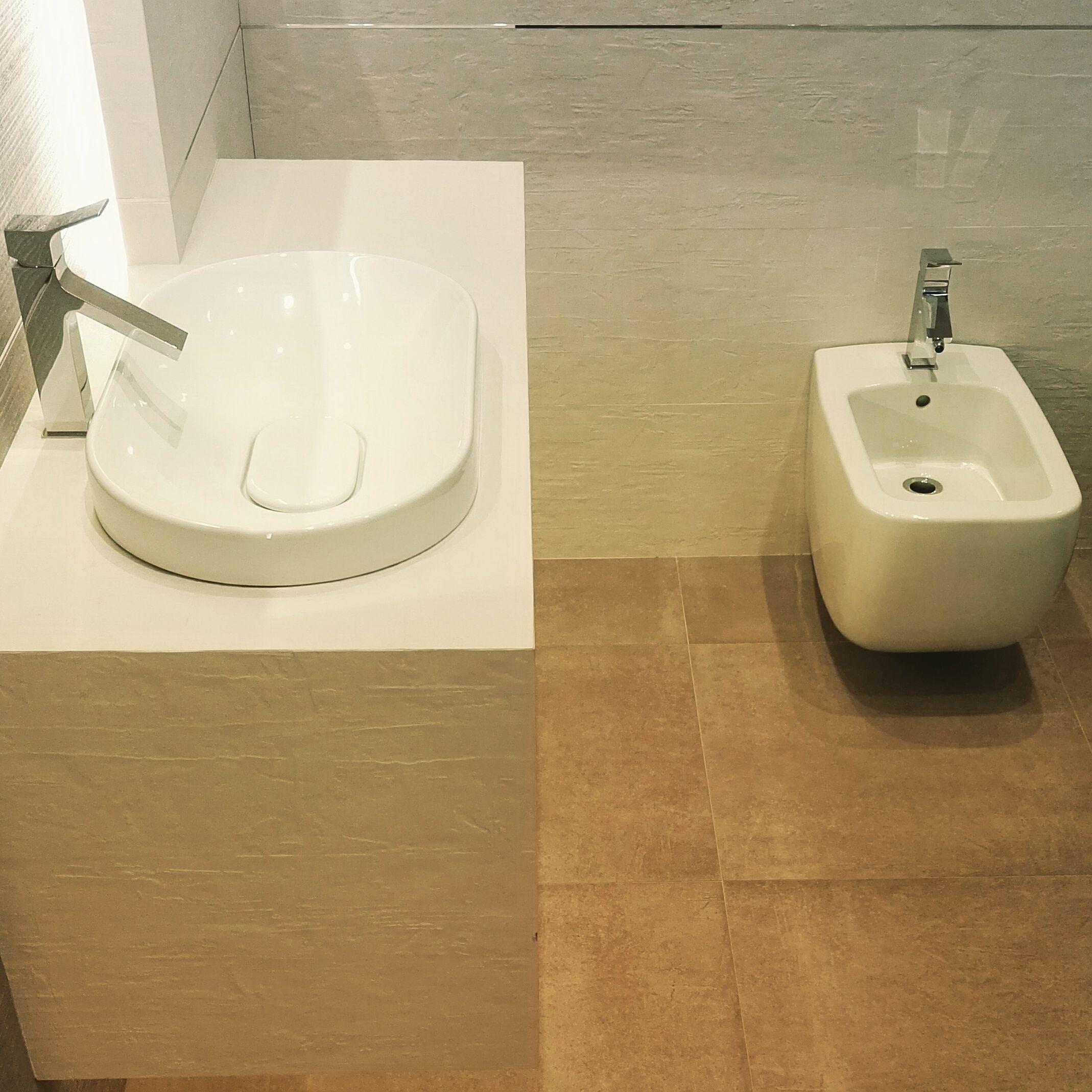 Squat Toilet Minimalist Bathroom: Subtelny Urok Faktury Płytek