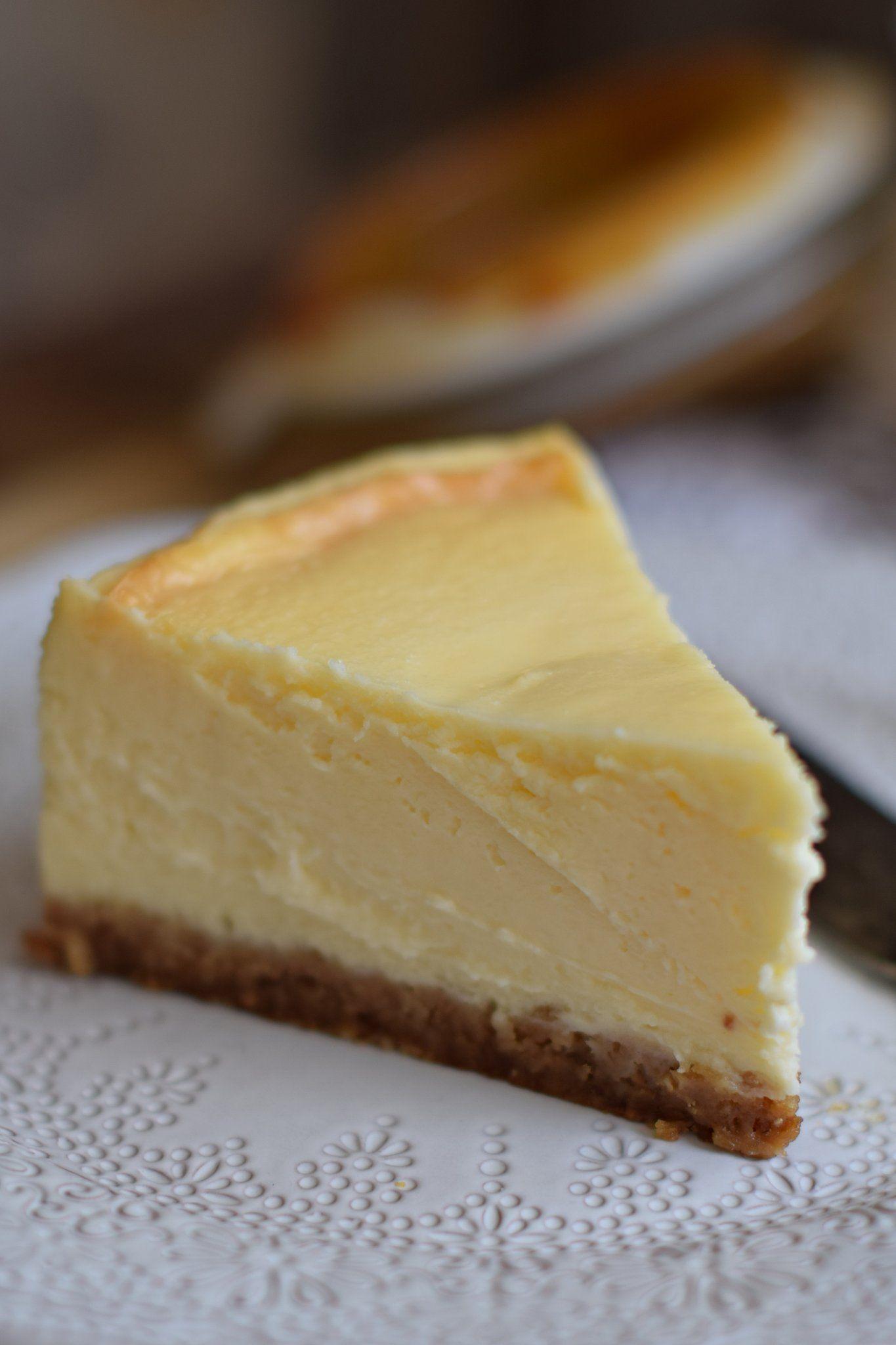 A legkrémesebb sajttorta bögrésen is part of Cheesecake - Csupa krém, szinte olvad a szájban, igazi sajtrobbanás, gyönyör a köbön! Egy malőr eredménye lett a tökéletes végeredmény, soha többé sajttortát