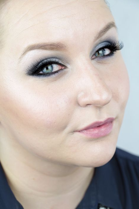 Beauty blogger Minna created this intensive blue make-up using Lumene Blueberry Longwear Eyeshadow Palette 3, Winter View. #eyeshadow #lumene