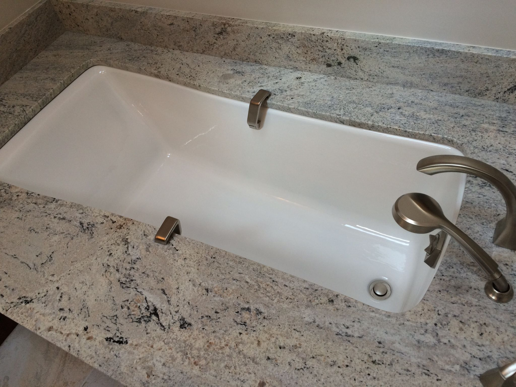 Kohler Maestro Undermount Tub with Celo De Marfil Granite Sagent