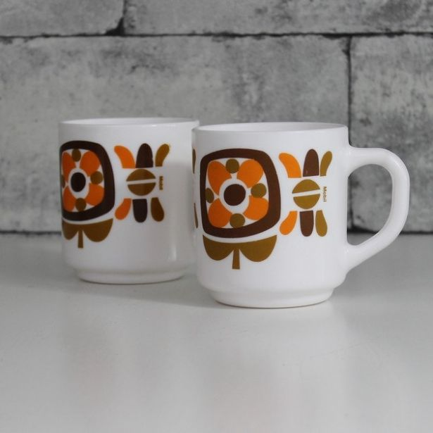 "Set Of 2 Arcopal Orange ""Mobil"" Milk White Mugs - 1970s - C624 by OhlalaCamille on Gourmly"