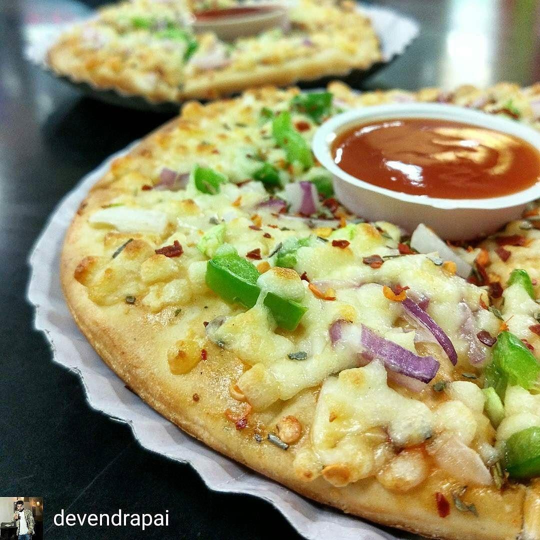 Via @devendrapai -  Sometimes the sasta pizza beats Pizza-huts and Dominos. (many a times it doesn't) #Foodporn #Foodgasm #Pizza #PizzaRules #pizza #PizzaIsBae #Pizzas #Mumbai #MyMumbai #MumbaiCity #Igers_Mumbai #MumbaiFoodscenes #InstaMumbai #MumbaiFood #MumbaiDiaries #MumbaiFoodie #MumbaiMeriJaan #bombaybhukkad #mumbaifoodlovers #WeAreMumbai #Mumbaigram #MunchyMumbai #MyMumbai #Mumbaifoodie #Mumbaifoodscenes #Mumbaifood #FoodOfMumbai #amchiMumbai #Mumbaimerijaan #things2doinmumbai…