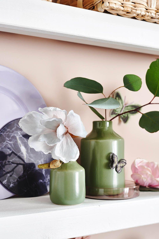 Grüne Vasen reflektieren die Schönheit der Natur, die uns ...