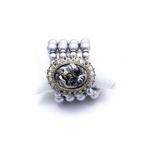 Bracciale di perle extralarge grigio metallizzato perlate in sottovuoto con medaglione in lega ad alta percentuale di stagno smaltato a mano con tecnica a caldo effetto marmorizzato.
