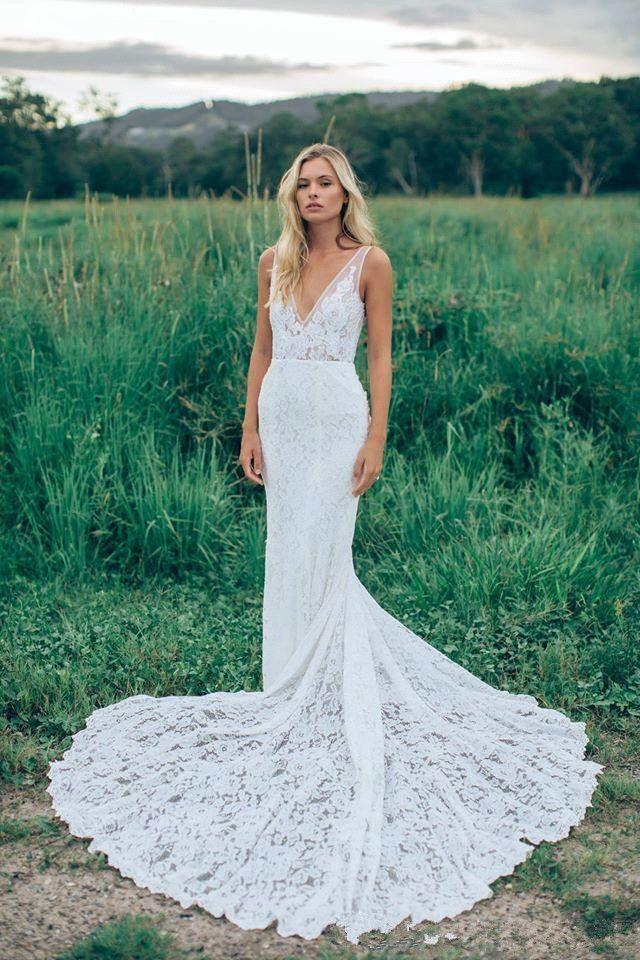 Vintage Hochzeitskleid mittiefem V-Ausschnitt und langer Schleppe ...