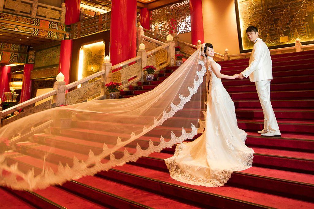 フリー写真 階段を歩く新郎と新婦 新婦 フリー 写真 ブライダル エステ