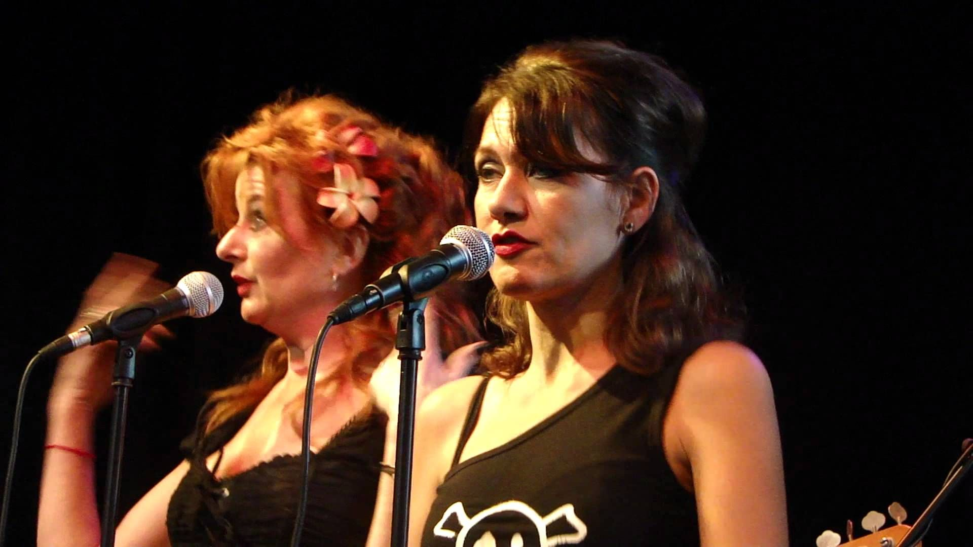 Two of the background singers of Dutch band Gruppo Sportivo. Lies Schilp on the right.