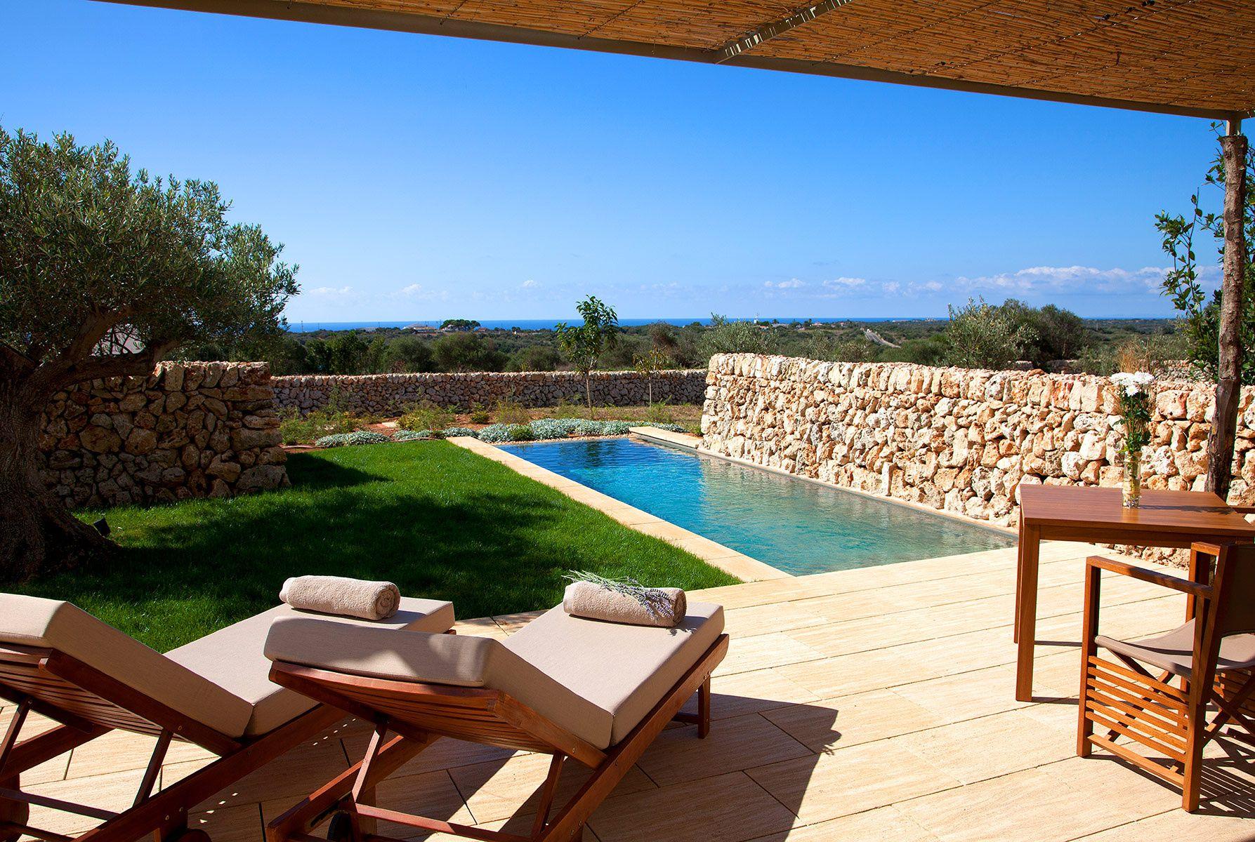 Torralbenc (Menorca) Piscinas modernas, Patio con