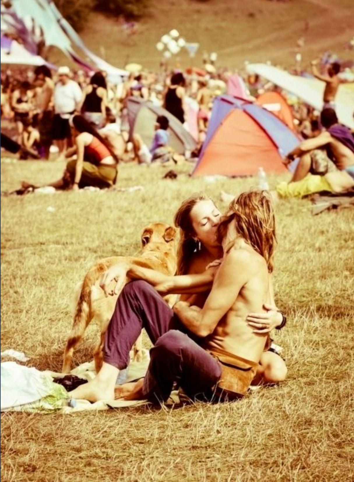 O beijo do casal anônimo no Festival de Woodstock, em 1969, fotografado por…