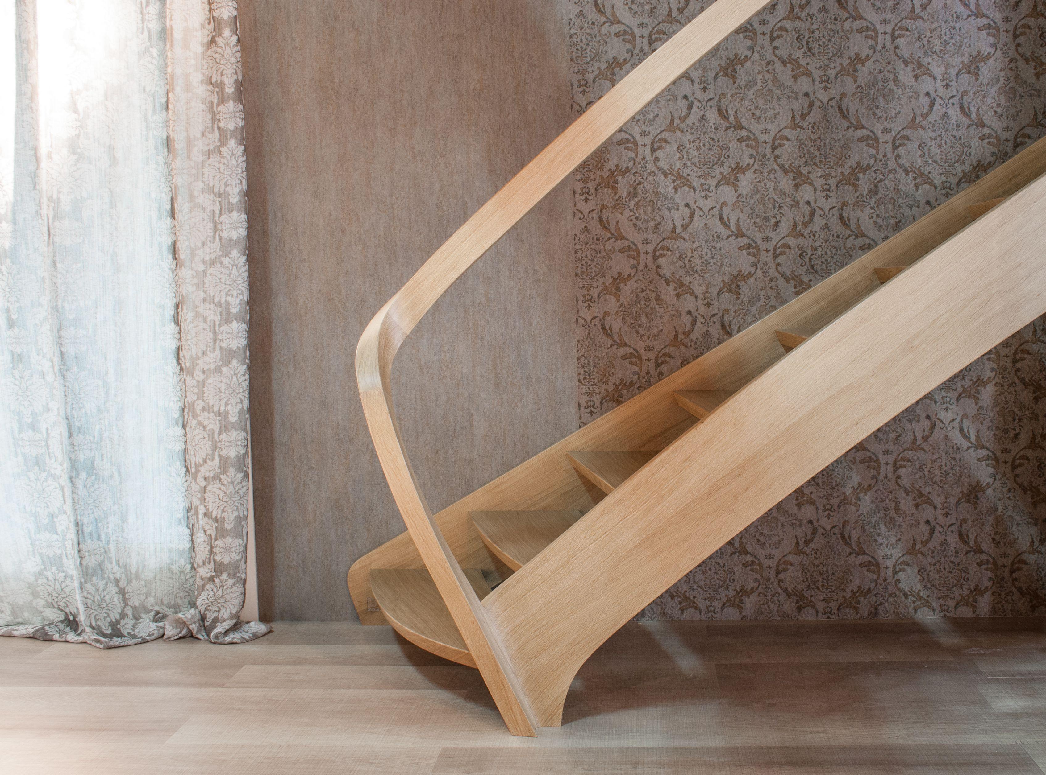 Liberty ispiration wood stair. Scala in legno rovere trattato ad olio, linee essenziali, corrimano curvo massello. Produzione artigianale by DE STALIS - Italy.