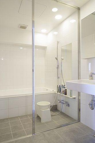 P 洗面室とガラスで仕切られた開放的なバスルーム なんと好みの素材で