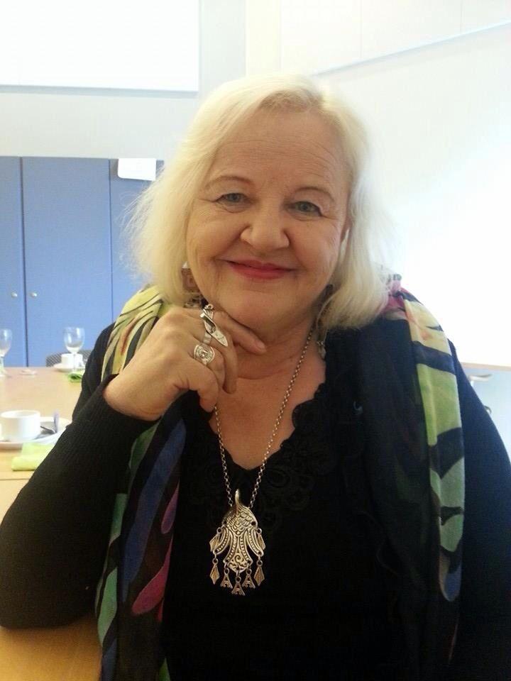 Runoilija Aulikki Oksanen ja hänen upeat korunsa.