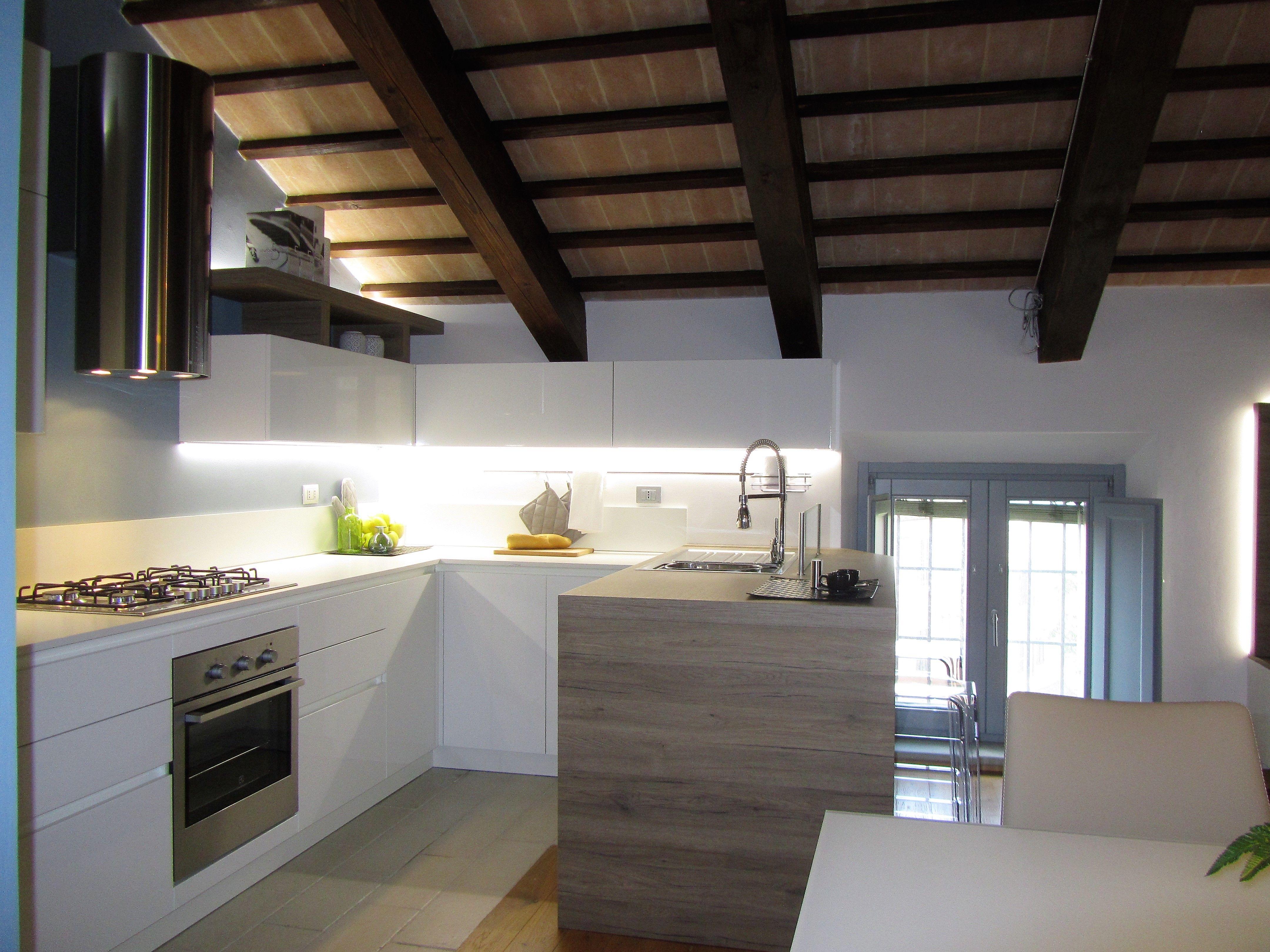 Cucina laccata bianca lucida penisola con piano e fianco a