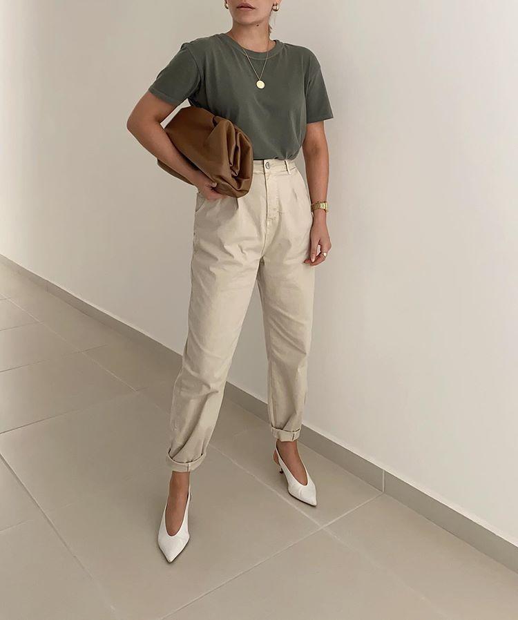 green t-shirt, beige slouchy jeans, neutral outfit.   Roupa neutra, Moda  branca, Estilos casuais