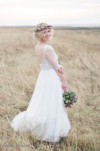 Alina Atzler mit einem Trockenblumenkranz