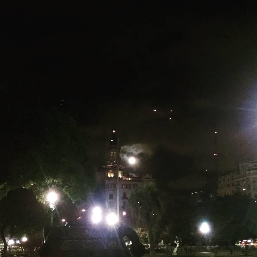 Full moon and mini moons #fullmoon #moon #palaciobarolo #congreso #sky #ciel #clouds #nuages #night #nuit #lights #lumieres #instapics #moments #gardens #BuenosAires #Argentina  (en Plaza del Congreso)