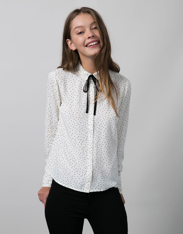 Camisa estampada BSK con lazo en cuello. Descubre ésta y muchas otras  prendas en Bershka con nuevos productos cada semana