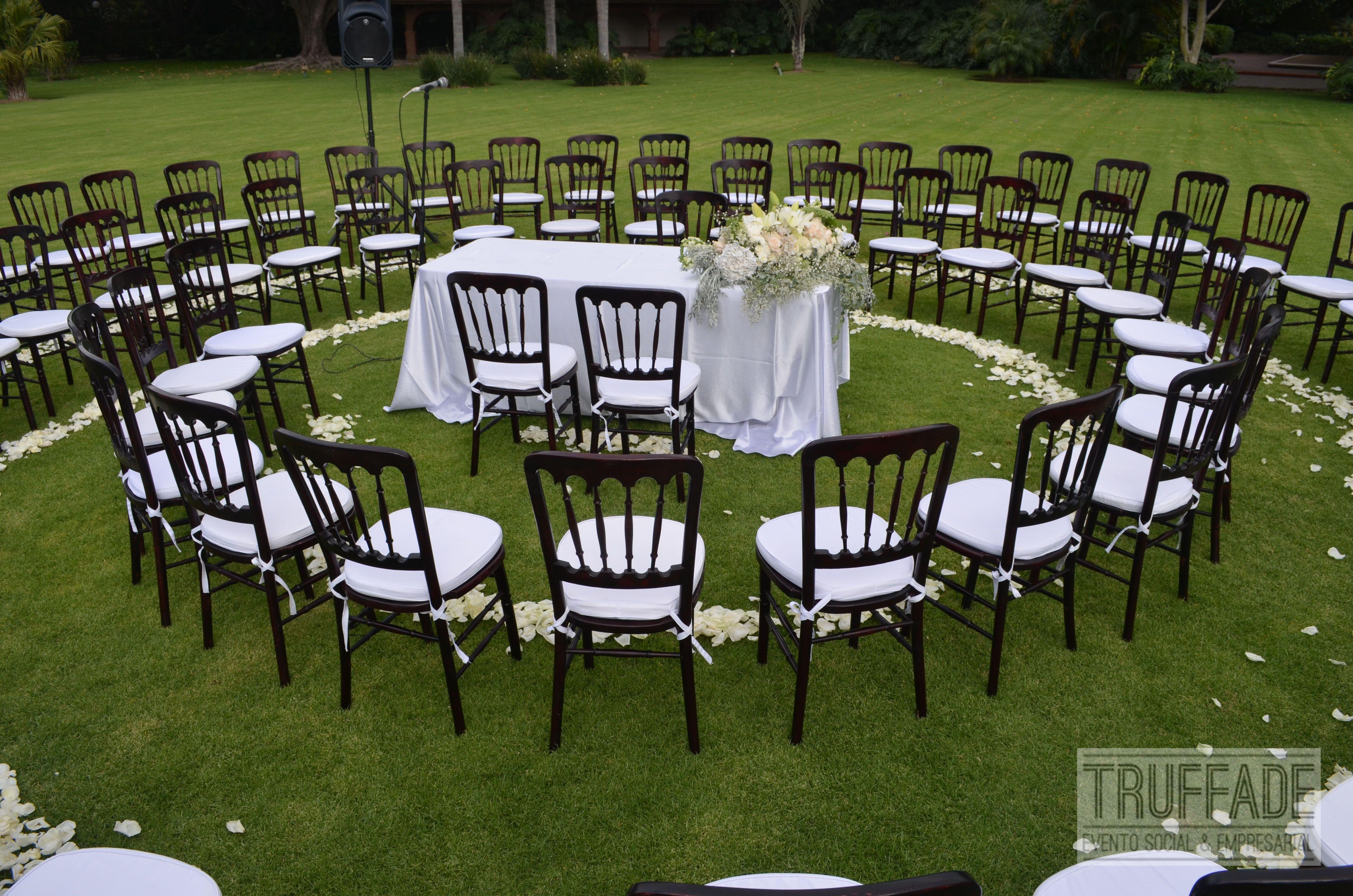 Ceremonia civil en un hermoso jard n con un montaje en for Bodegas de jardin
