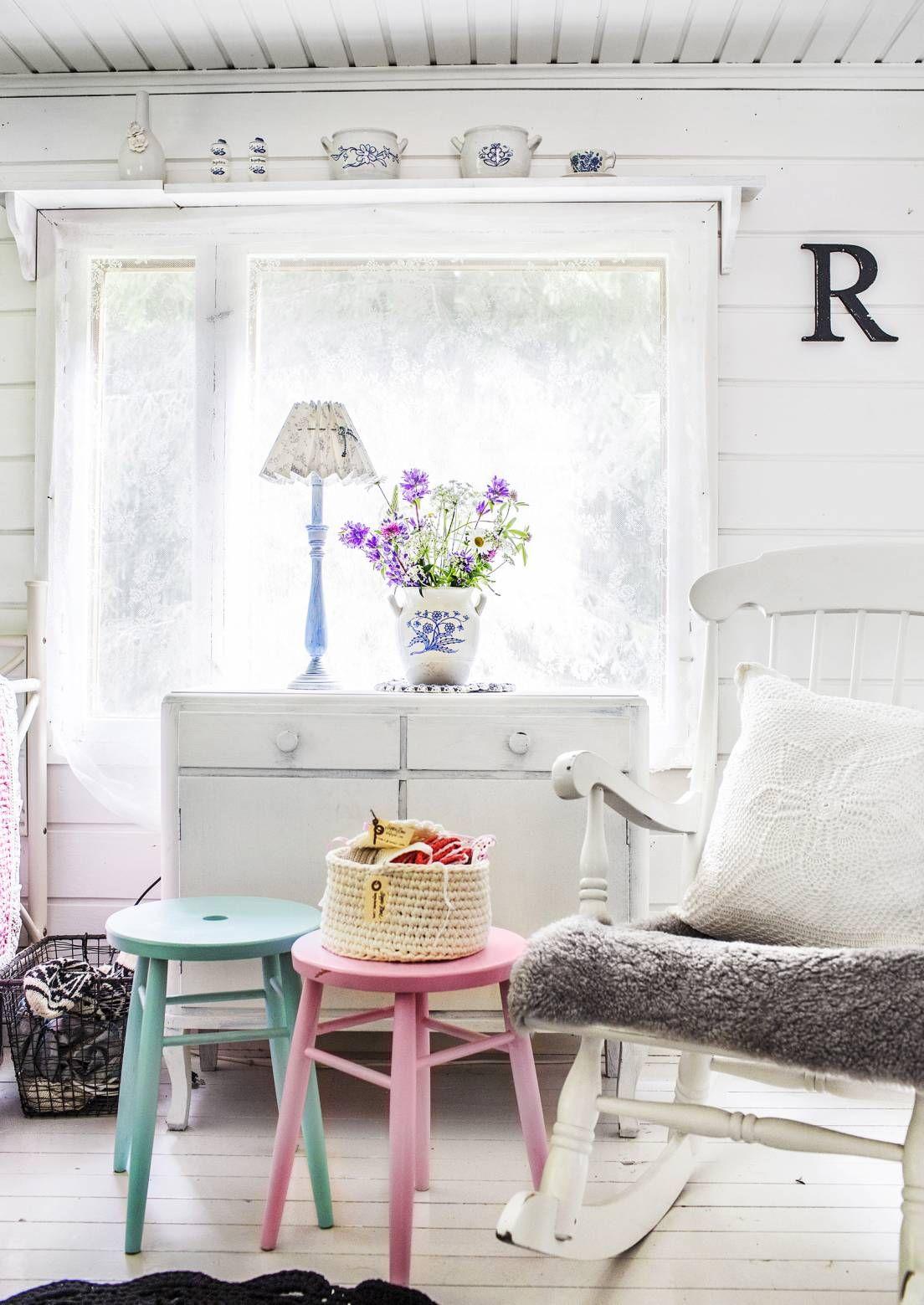 Tuo kesä kotiin pastellisävyisillä yksityiskohdilla. Katso Unelmien Talo&Kodin kymmenen ideaa olohuoneen sisustukseen.