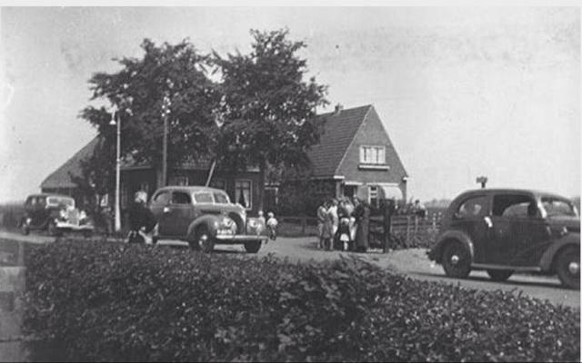 De auto's komen van de Petterhusterdyk en gaan het Hynstewaed op, maar hadden ook linksaf gekund het Swarte Reedsje op.  Stelp links is Petterhusterdyk 33 (voorheen Boorsma Bouw en later Bijland Bouw) en het huis er naast is Wythusterwei 1