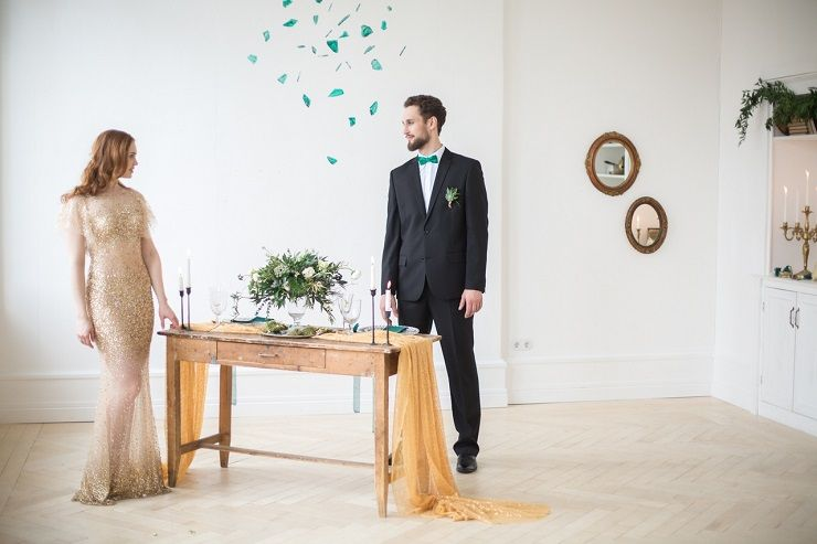 Bride and groom wedding photo | Emerald and gold wedding reception decorations | fabmood.com #wedding #weddingstyledshoot #weddingphotos #weddinginspiration #weddingphotography #fineartwedding #fairytalewedding