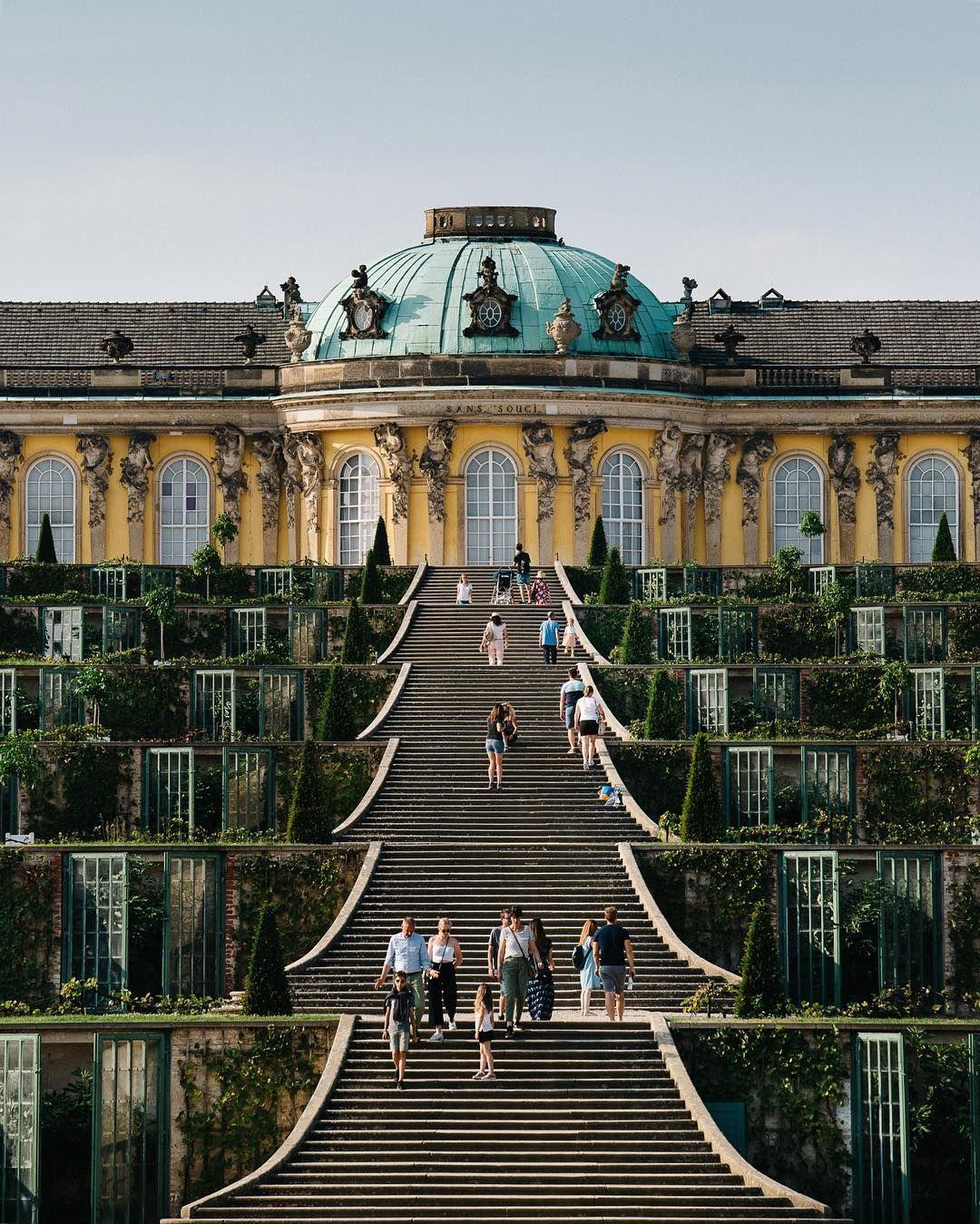 Sanssouci Eins Der Grossten Wahrzeichen In Potsdam Ist Das Schlosssanssouci In Den Morgenstunden Kann Man Die Treppe Vor Dem Schloss Building Castle Travel