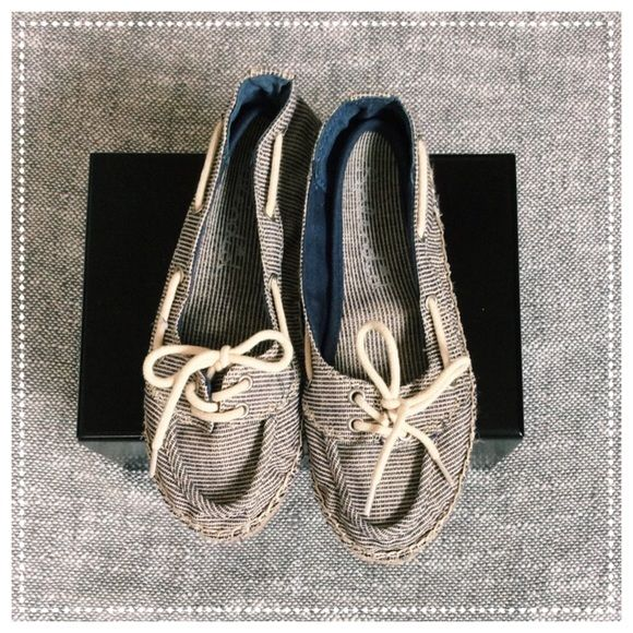 Splendid Size 6 Canvas Boat Shoe NWOT Splendid boat shoes.  Adorable striped navy and white canvas. Size 6 Splendid Shoes Flats & Loafers