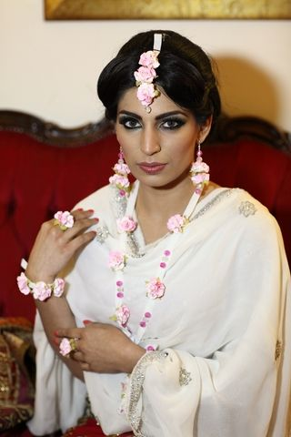 Simple White And Pink Flower Jewellery Set Fresh FlowersPink FlowersMehndi FlowerFlower JewelryJewelleryHintWedding