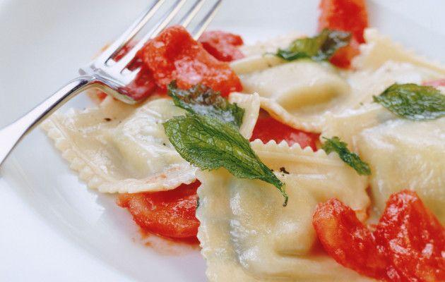 Pinaatti-ricottatäytteiset raviolit (Ravioli agli spinaci)