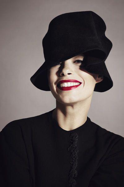 6b55dfedc5c Bérénice Bejo en tailleur Christian Dior Haute Couture Chapeau Femme