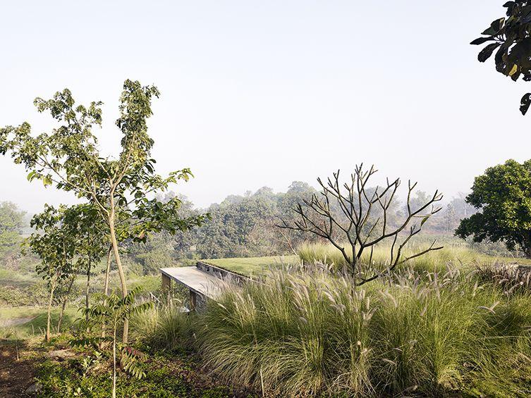 Le projet de la Riparian House, installé au cœur du paysage vallonné des Western Ghats dans les environs de Bombay, est une maison accrochée à la pente naturelle du site. La maison domine le lit d'une rivière, ses murs structurent les berges mai...