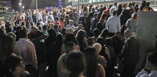 Miles llegan a ver el alma de @MarcAnthony en concierto -...