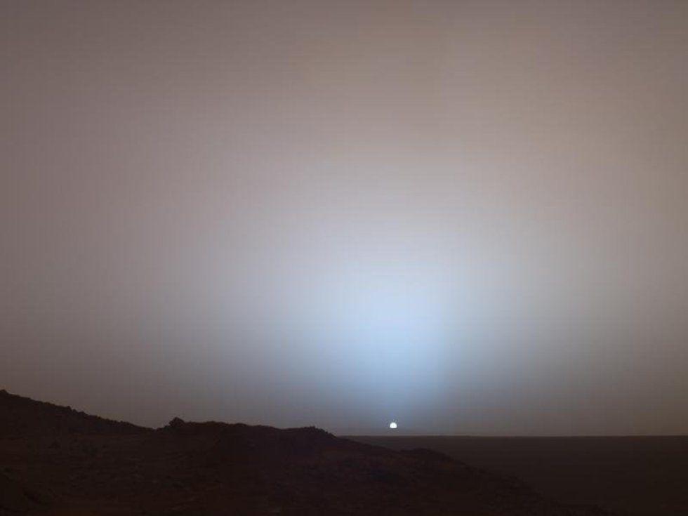 Imagen tomada por el robot Spirit de una puesta de sol en Marte.