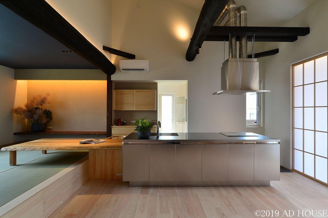 キッチンは ステンレスバイブレーション仕上げのシステムキッチン ダイニングテーブルはラオス松で造作 キッチンとダイニングテーブルを合わせれば4 5m以上あるカウンター 家 家 づくり ウッドデッキ