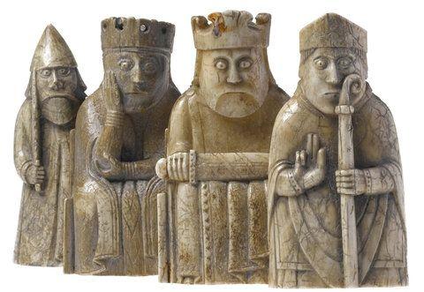 Las Piezas De Este Ajedrez Estuvieron Enterradas En Una Duna De Arena En La Bahía De Uig De La Isla De Lewis Desde El Sigl Tableros De Ajedrez Ajedrez Vikingos