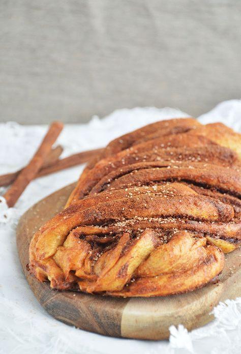 """Gevlochten Kaneelbrood. Het ziet er misschien wat """"ingewikkeld"""" uit maar het is zeker niet ingewikkeld om dit heerlijke brood eens zelf te maken. Ik vertel je stap voor stap hoe je dit heerlijke brood zelf kunt maken. Echt een aanrader!"""