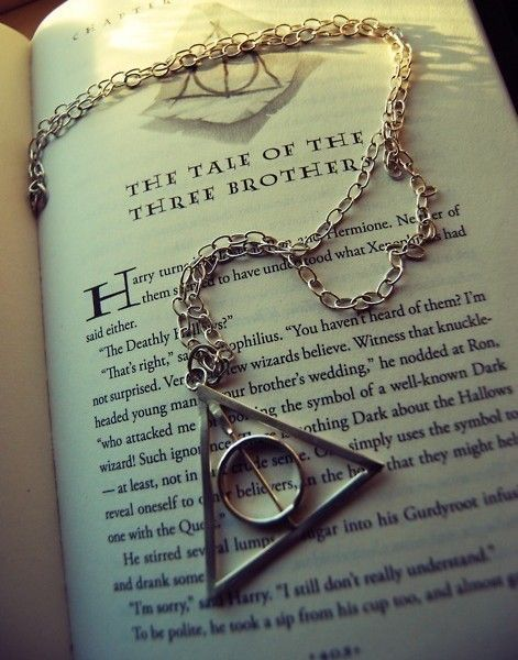 Se você leu ou viu os filmes de Harry Potter já saber o que esse símbolo significa. Então que tal levar ele junto a você sempre, para mostrar seu amor a uma das sagas mais maneiras dos últimos anos? Acesse nosso site e leve um pra você também!