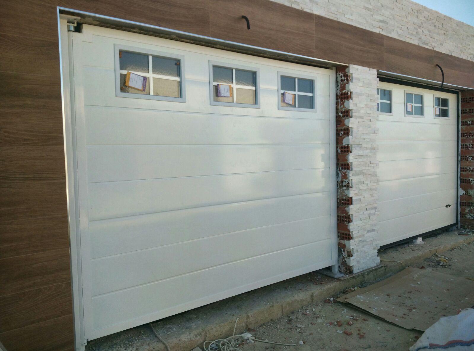 Puerta Seccional Con Ventanas Superiores En Color Blanco Puertas Automaticas Puertas Ventanas