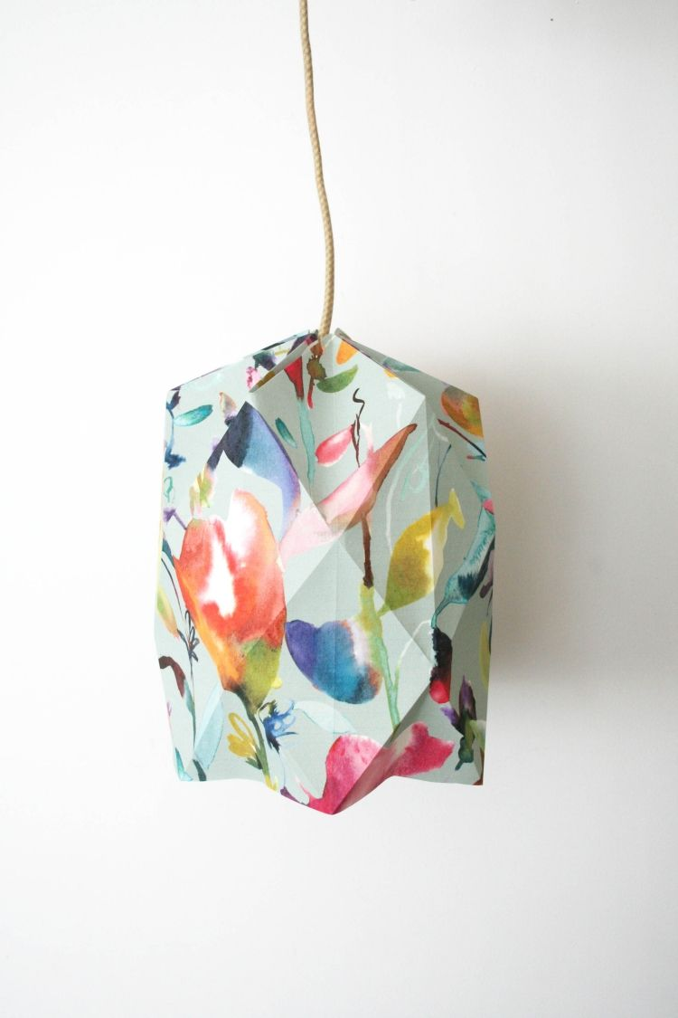 buntes lampenschirm aus papier mit origami relief deko. Black Bedroom Furniture Sets. Home Design Ideas