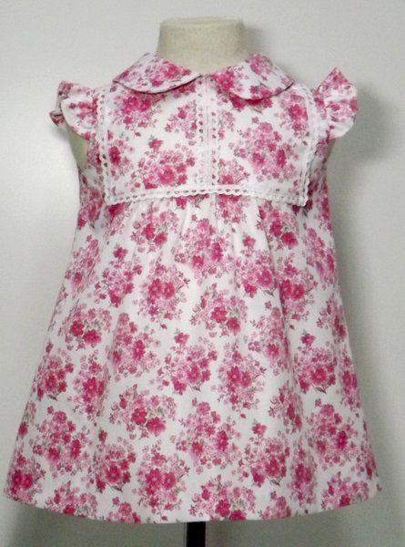 5a0b6c8e5 Vestido para bebe niña en pique estampado blanco con flores rosas adornado  con punta de bolillos blanca