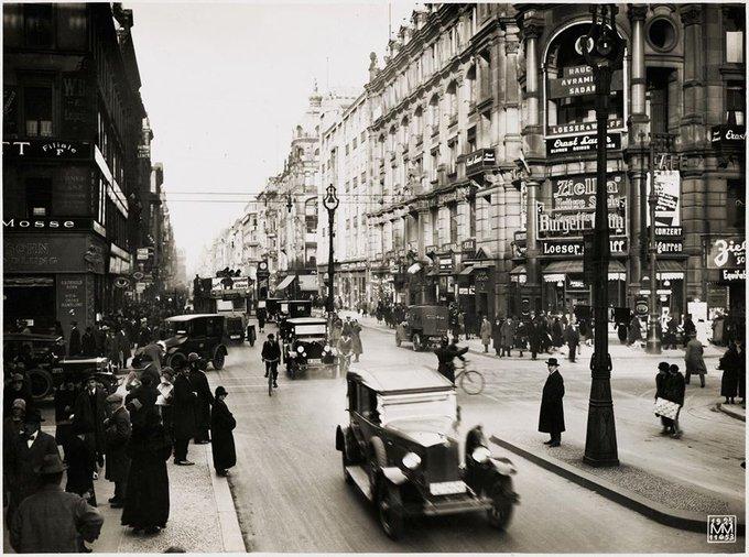 1925:Friedrichstrasse Ecke Leipziger Str. mit Blick nach