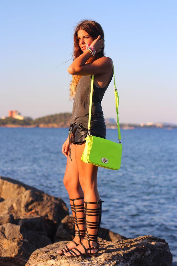 street_style-trendy_taste-look-outfit-SS13-shorts_cuero-leather_shorts-studed_tee-camiseta_tachuelas-sandalias_romanas-zara-vila-bolso_fluor-fluo_bag-gladiators-3