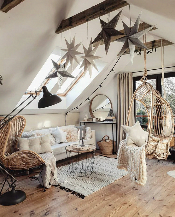 Cozy Attic Living Room With Exposed Beams And Christmas Decorations Livingroomideas Attic Living Rooms Minimalism Interior Cozy House