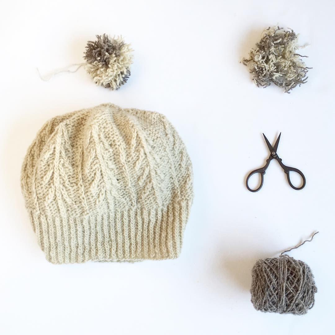 El mío con una bola de vainilla y chocolate por favor! . El patrón del Shirakaba hat diseñado por @eritml saldrá a la venta este sábado. Y para celebrarlo Eri sortea 4 patrones tienes toda la info para participar en su perfil de IG. . #shirakaba_pattern #moekeyarns #moekeyarnselena #knit #knitting #knitlife #makersgonnamake #pompom #punto #tricot #tejer #calceta #autumnknit #testknit