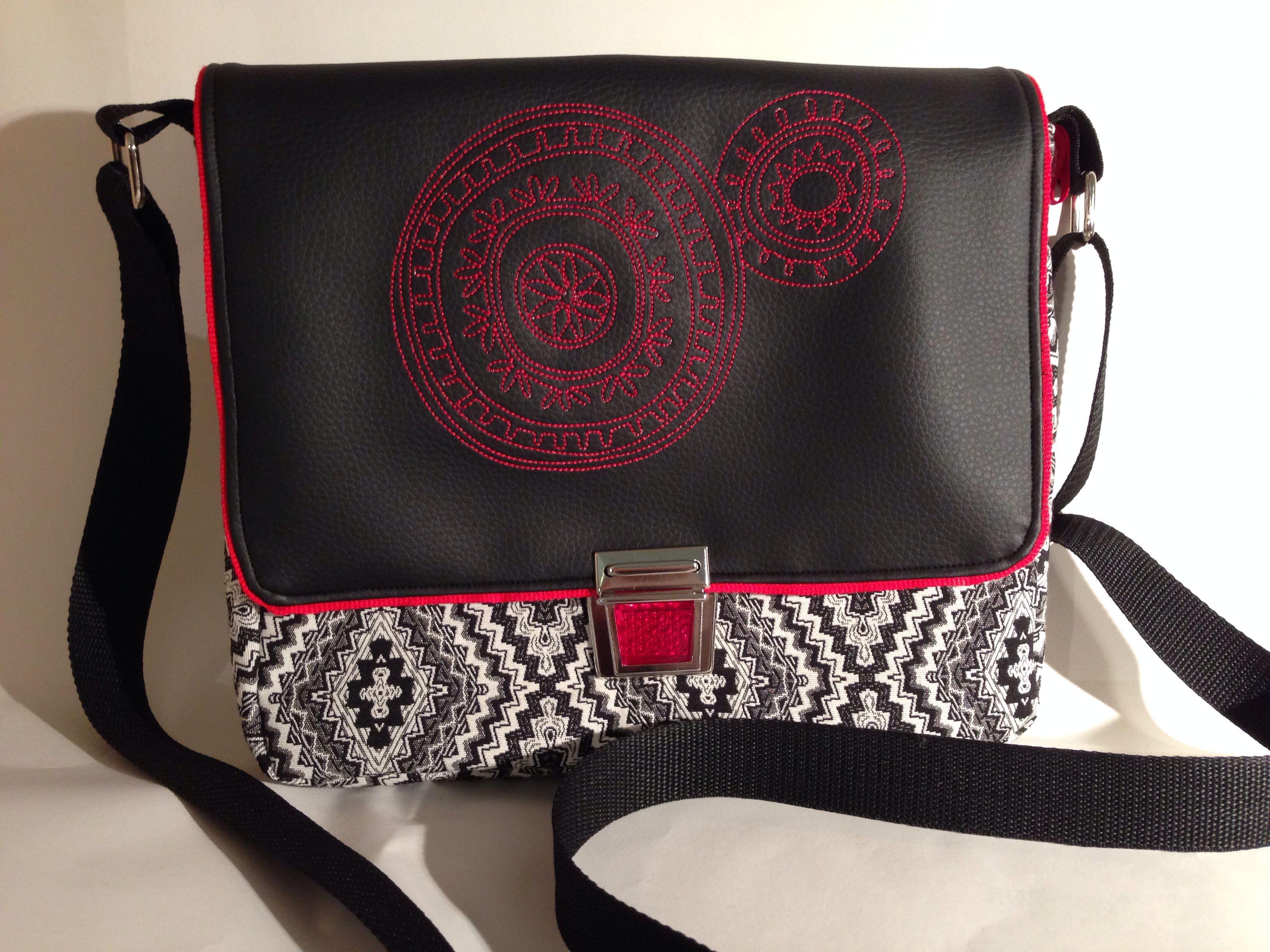 Umschlagtasche mit roter Stickerei auf Kunstleder
