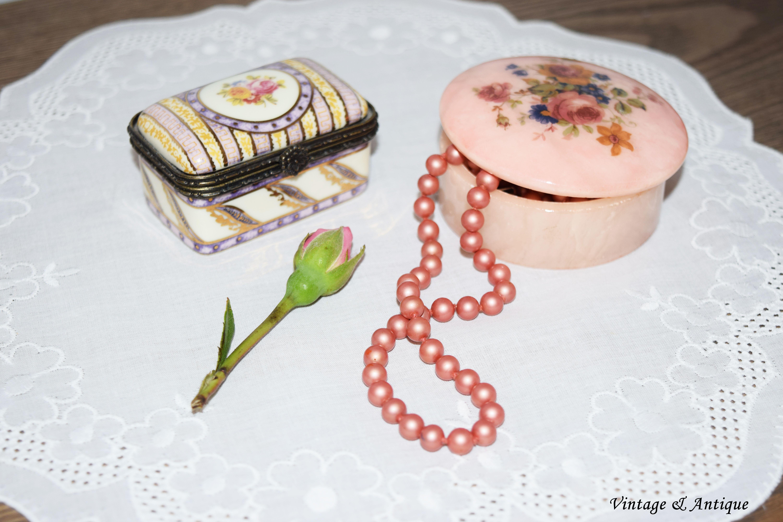 Joyero de alabastro y cerámica de los años 60, al igual que el collar de perlas.