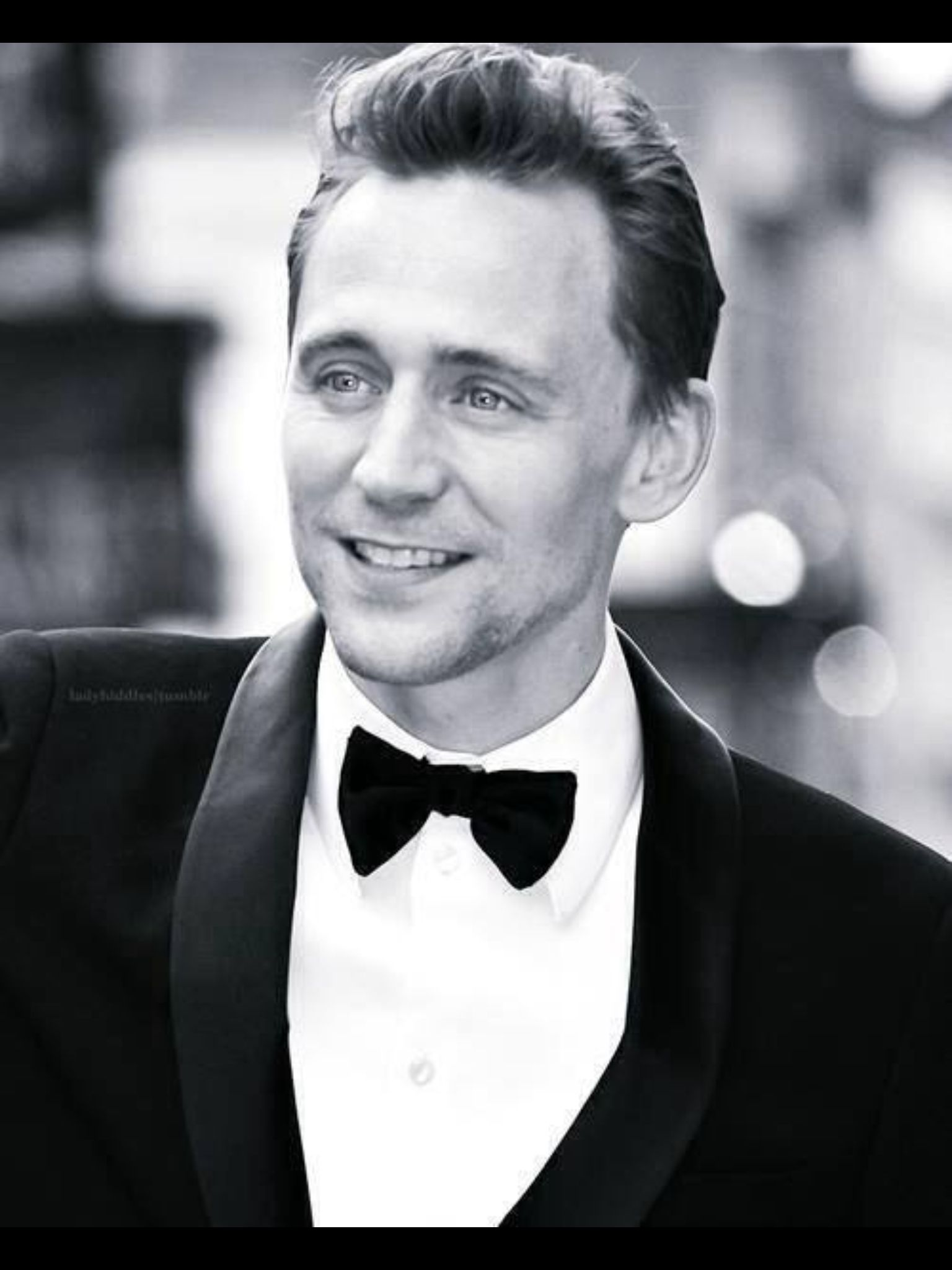 Tom Hiddleston looking amazing, as usual. Found it in FB page Tom Hiddleston. I'm obsessed. Yes.