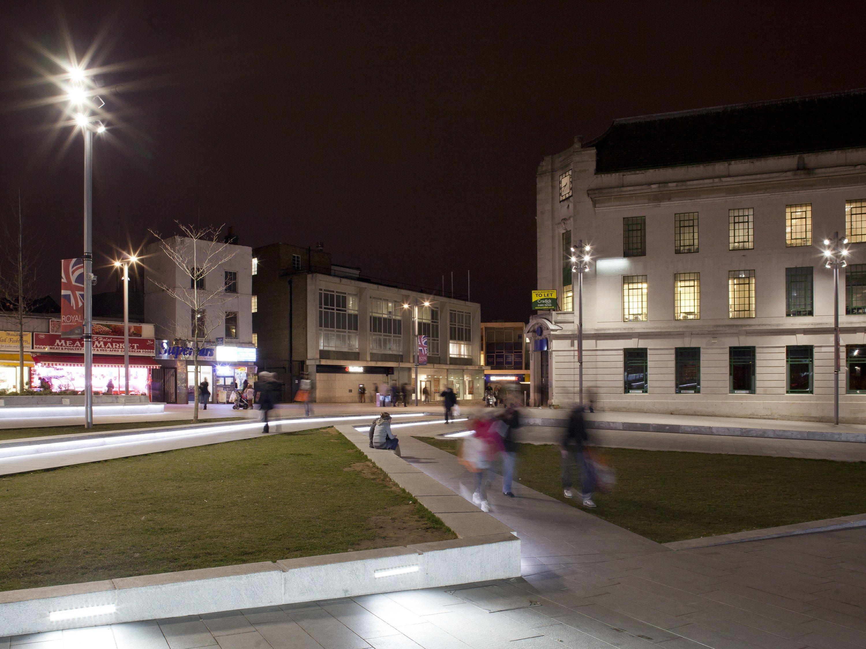 Pareti Esterne Illuminate : Un parco illuminato da luci led bianche illuminazione led per